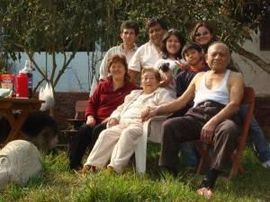 Sra. Irene Matsumoto (centro con vestimenta color crema) junto a su familia.