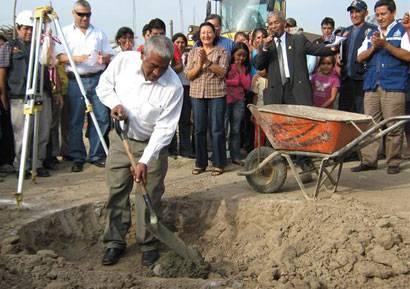 Alcalde de Huaral Jaime Uribe en colocación de la primera piedra.
