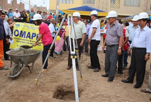 Alcaldesa Ana Kobayashi coloca la primera piedra del futuro local de la Demuna Huaral
