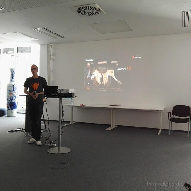 Arne Henkelmann präsentiert das Huawei P8