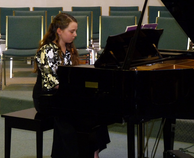 picture of Mikaela playing at piano rectial
