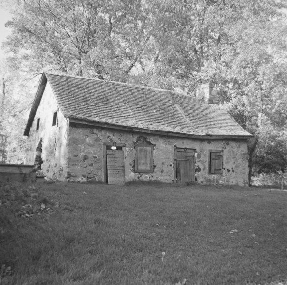 Remise en pierre de la seigneurie Gravel, à Saint-François-de-Sales, adjacente à la maison ci-dessus, construite vers 1800. Elle a été démolie en 1950. Photo : Gérard Morisset, 1946 ~ Bibliothèque et Archives nationales du Québec, cote : E6,S8,SS1,SSS770,D4886