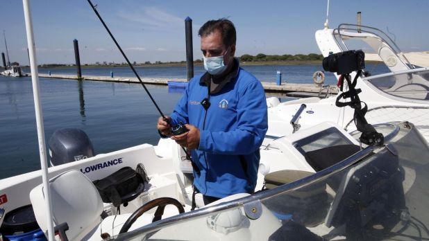 El afamado pescador onubense revisa su equipo de pesca antes de salir de Punta Umbría
