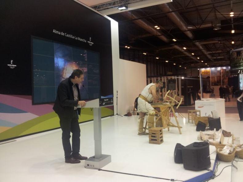 FITUR 2014: CUENCA: Explicaciones y recreación en vivo de fabricación de un cristal de lapis specularis