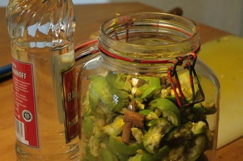 Grüne Nüsse  im Glas 6506