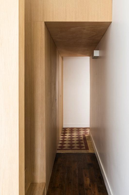 Création d'un couloir sous la mezzanine en bois