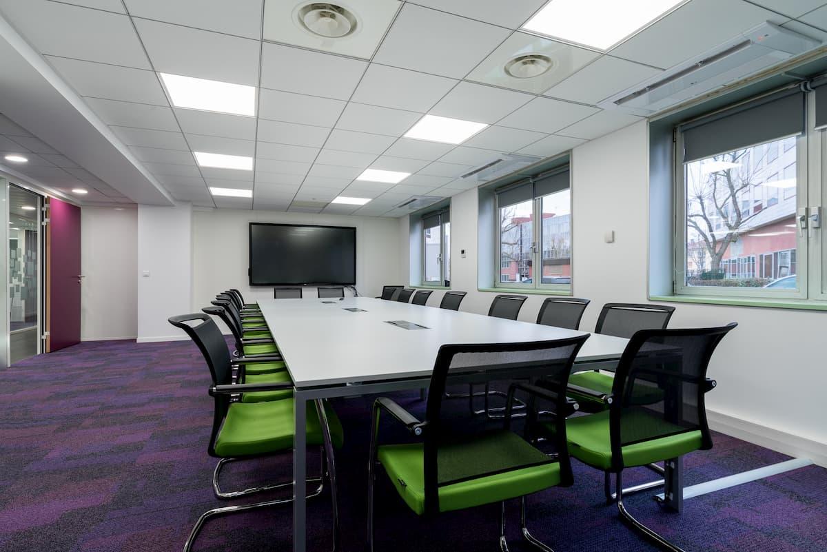 Aménagement d'une grande salle de réunion