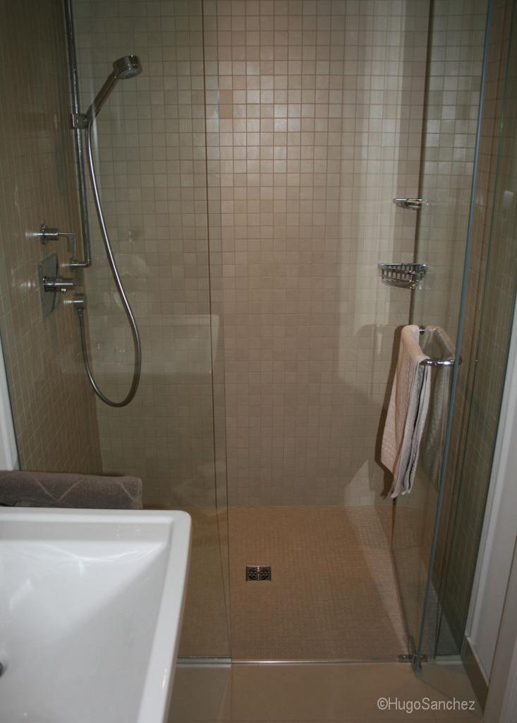 porcelain floor kitchen catskill craftsmen island basement curbless shower - céramiques hugo sanchez inc