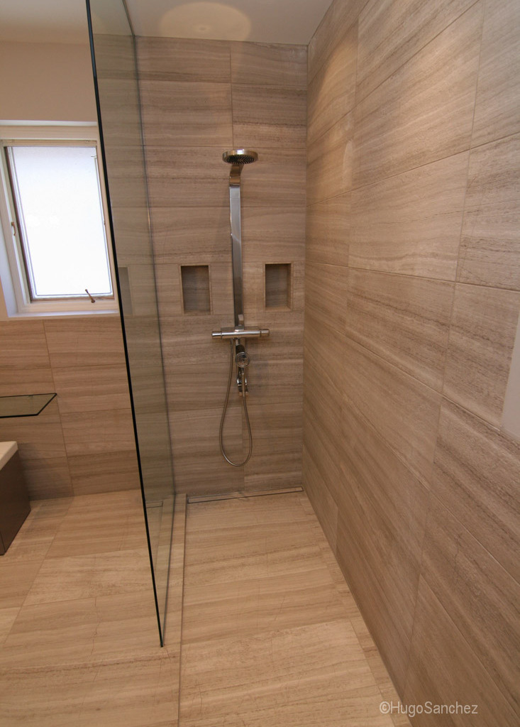 Curbless limestone shower  Cramiques Hugo Sanchez Inc