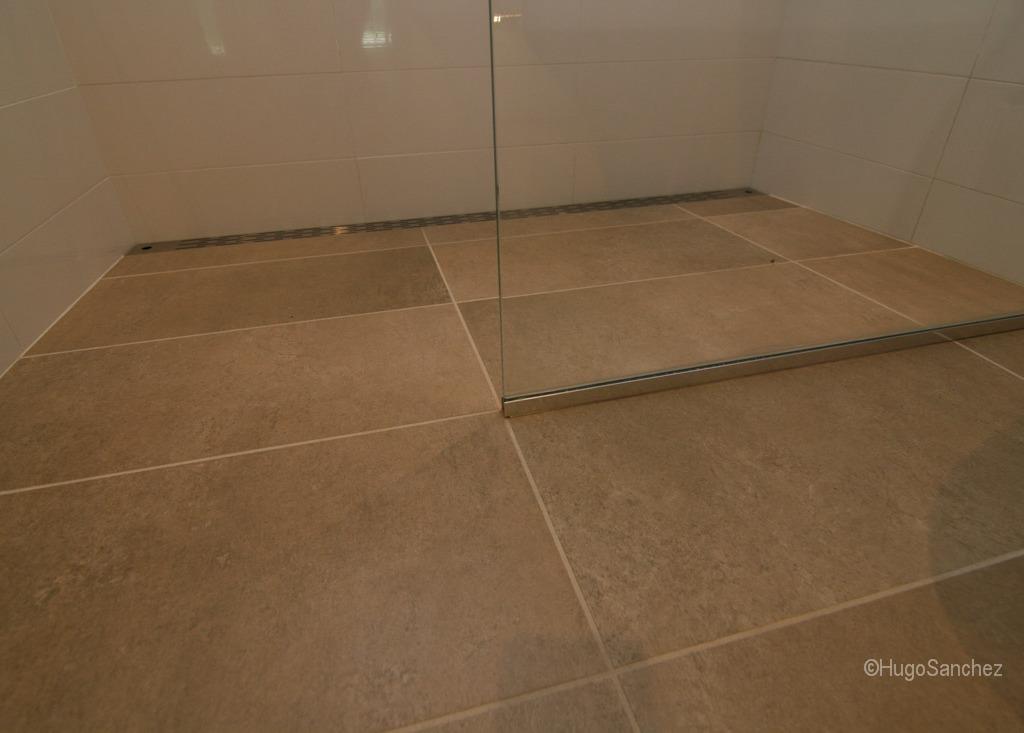 Curbless shower  Cramiques Hugo Sanchez Inc