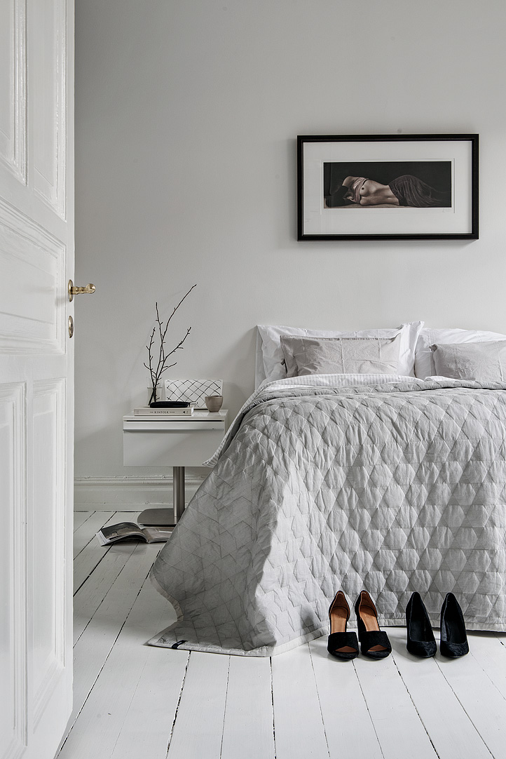 Grote witte slaapkamer met een grote inbouwkledingkast