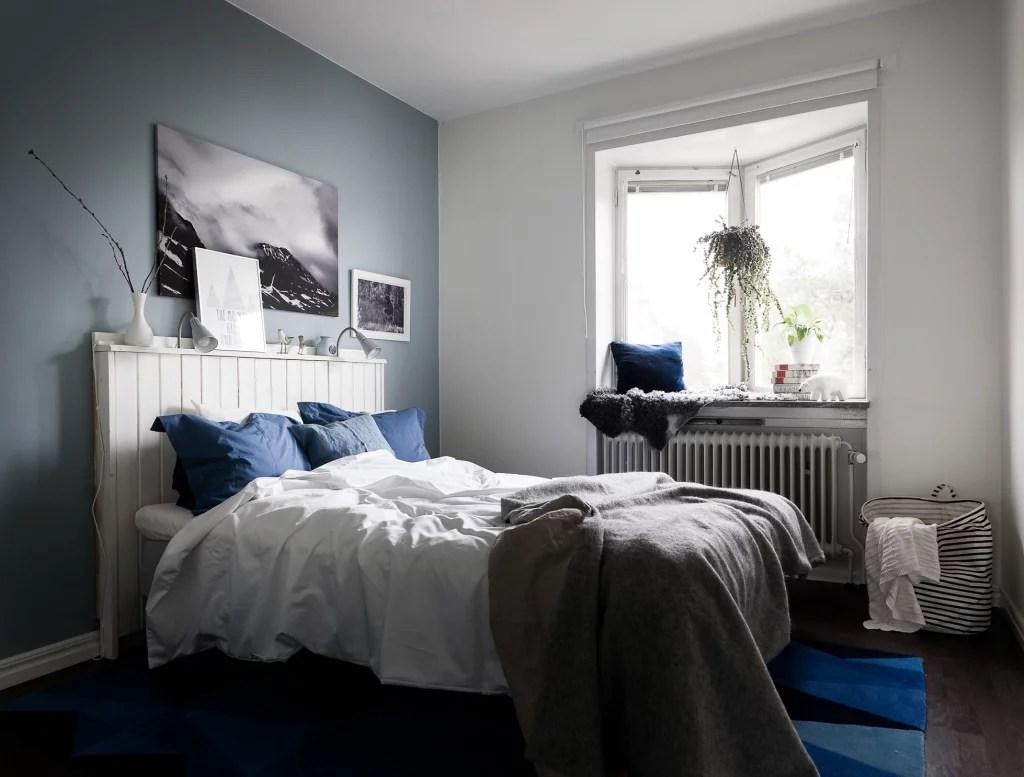 Knusse slaapkamer met denim drift blauwe muur  Huis