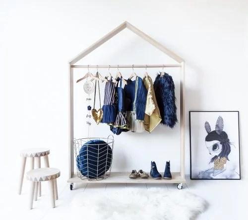 Leuke houten kledingrek voor de kinderkamer  Huis