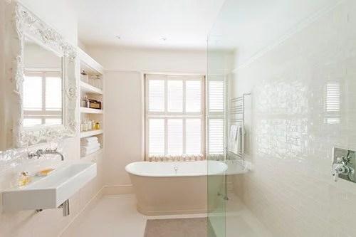 Lichte klassieke badkamer