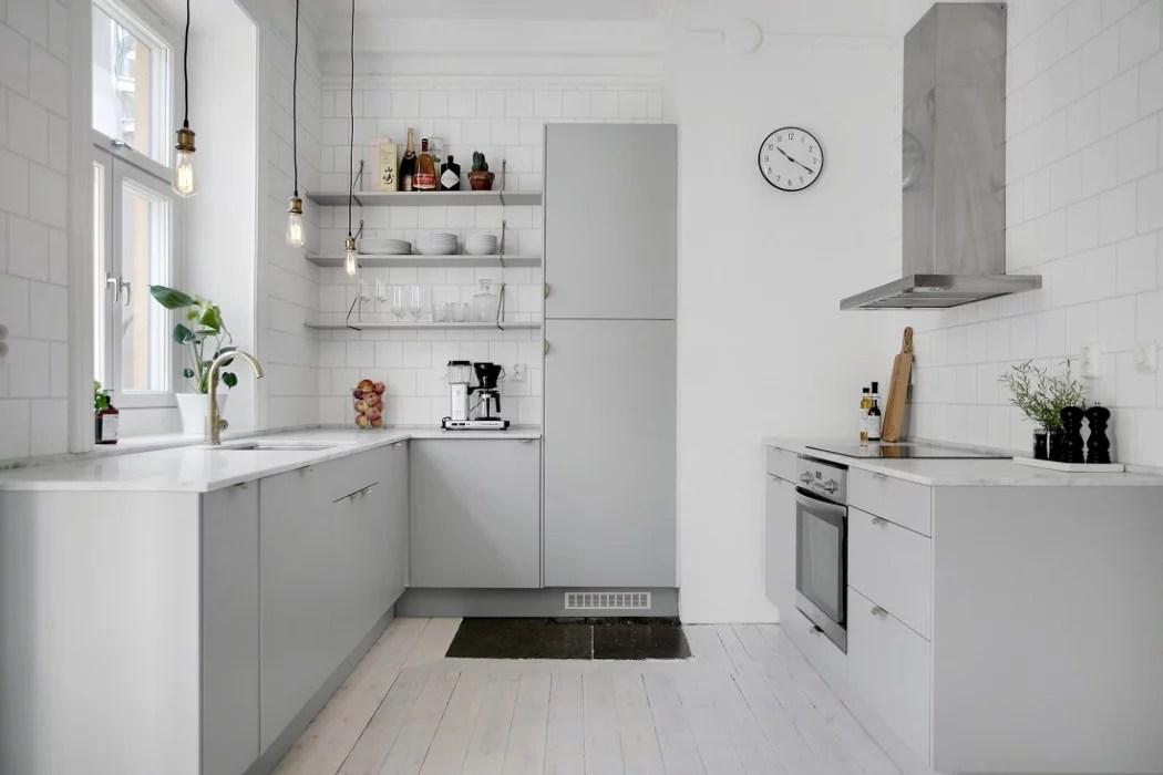 Lichtgrijze keuken met marmeren keukenblad  Huis