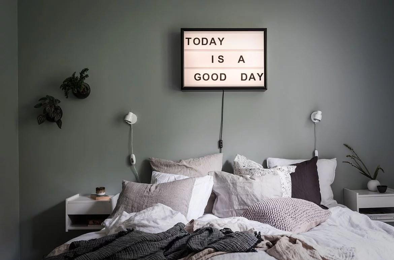 Serene slaapkamer met grijsgroene muren  Huisinrichtencom
