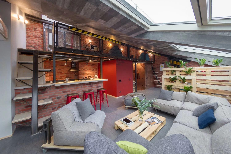 Stoere loft woonkamer met schuine wand  Huisinrichtencom
