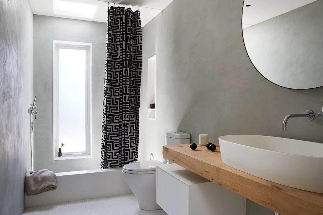 Tadelakt muren in stijlvolle badkamer