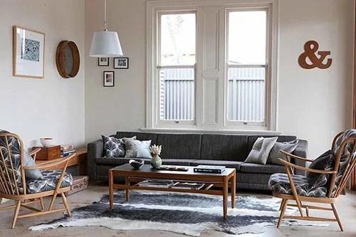 Woonkamer met vintage houten meubelen