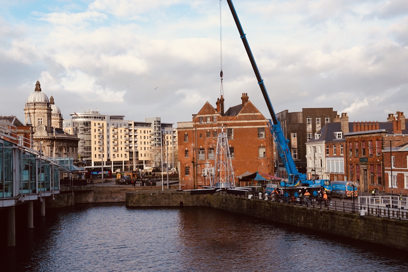 Oracle, Navigate, being lifted into Prince's Dock