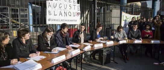 Des professeurs ont organisé un « conseil de classe du futur » devant le lycée Auguste-Blanqui, à Saint-Ouen, le 21 février dernier. Julien Jaulin/Hanslucas