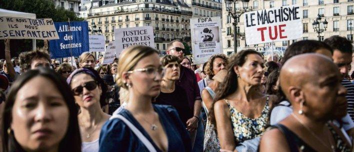 Mercredi, place de l'Hôtel-de-Ville, à Paris. Au fil de l'énumération des noms des 97 victimes, certains visages se ferment, d'autres sont baignés de larmes. Christophe Archambault. AFP