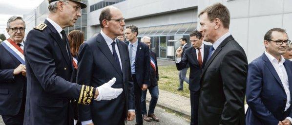 Le Coudray-Montceau, le 4 juillet. Jean Castex visite l'usine du groupe X-Fab, dans l'Essonne, et affirme «    vouloir maintenir les emplois industriels   ». Thomas Coex/AFP