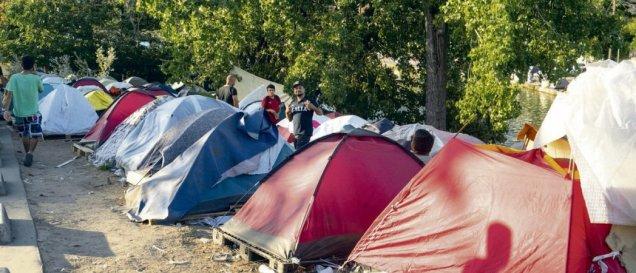 Dans les camps de migrants (ici à Aubervilliers, en juillet dernier), impossible de se protéger du Covid, quand on vit les uns sur les autres, dans des conditions d'hygiène déplorables. Mathieu Drean