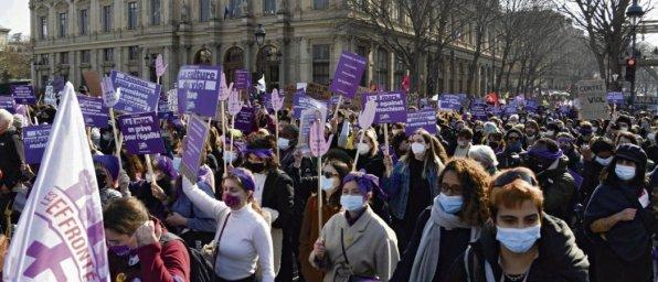 Lundi, une vague violette et déterminée a déferlé dans les rues de la capitale, à l'appel de 37 organisations féministes et syndicales. © Bertrand Guay/AFP