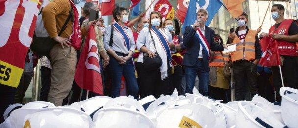 Pour les signataires de l'appel, le parti mené par Fabien Roussel tire sa légitimité de sa présence sur le terrain, auprès des travailleurs. Comme ici, le 2 mars, avec les salariés de Suez, mobilisés contre l'OPA hostile de Veolia. Eric Tschaen/REA