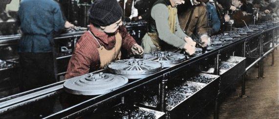 Premières chaînes de montage chez Ford, en 1913. © Costa/Leemage