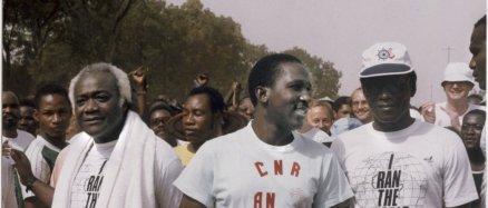 Au centre, Thomas Sankara, chef de l'état burkinabé, à l'arrivée de la course «sport aid», en 1987. à sa droite, Stan Adotevi, de l'OMS. Archives Jeune Afrique-REA