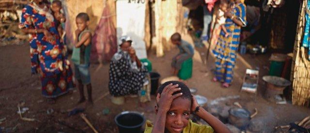Dans un camp de déplacés peuls, au Mali. Ici, la faim conjoncturelle (conflits) et la faim structurelle due au sous-développement se conjuguent dramatiquement. © Michele Cattani/AFP