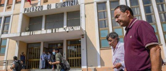 Domenico Lucano, dit Mimmo, à la sortie du tribunal le 30 septembre à Locri (Italie). © Fortunato Serrano'/AGF/SIPA