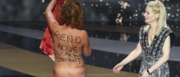 L'actrice Corinne Masiero nue sur la scène des 46e César le 12 mars 2021 pour dénoncer la fermeture des lieux culturels en pleine épidémie de Covid-19. @ BERTRAND GUAY / AFP