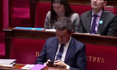 """Bonne nouvelle pour les """"têtes baissées"""" de l'Assemblée nationale, la nouvelle mouture de l'article 9 de l'instruction générale n'interdit plus l'utilisation des portables et autres tablettes !"""