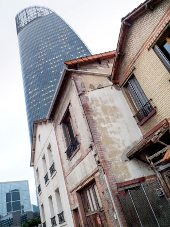 Quelques maisons au pied des grandes tours.