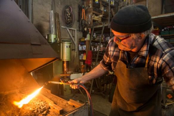 Un coup de chalumeau pour allumer le poêle et la forge.