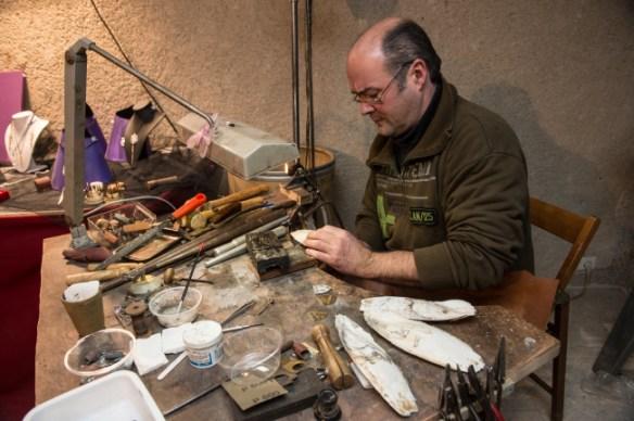 L'artisan dans son environnement de travail.