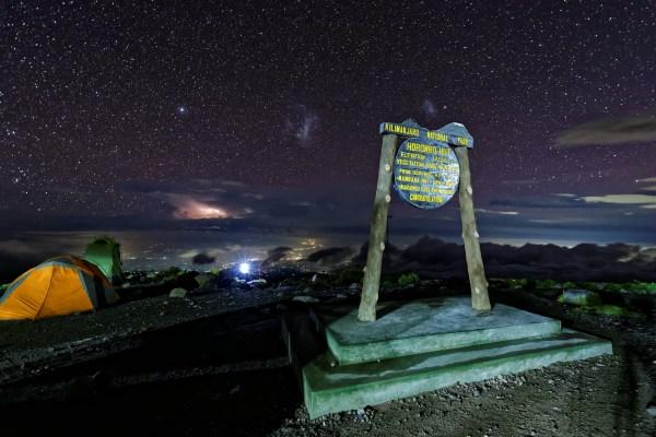 Nächtlicher Blick auf Moshi, die Stadt am Südfuss des Kilimanjaro