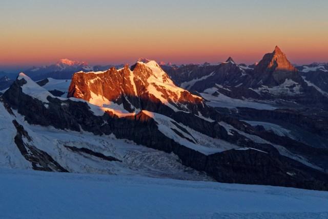 Die Sonne taucht Breithorn, Matterhorn, Mont Blanc und all die anderen Gipfel in schönstes Morgenrot