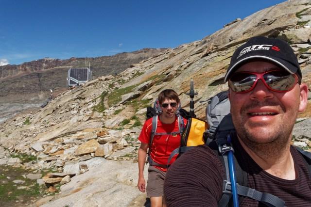 """Der """"langsame"""" Teil der Gruppe verlässt die Monte-Rosa-Hütte und macht sich auf den Heimweg"""