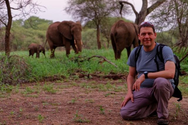 Kaum aus dem Bett, schon neben der Elefantenherde