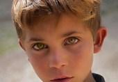ایک غریب پشتون بچہ اور چند بھوکے لوگ