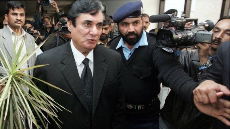 پاکستان کے وزیر اعظم شاہد خاقان عباسی نے سابق وزیراعظم نواز شریف کے خلاف منی لانڈرنگ کی تحقیقات کا حکم دینے پر چئیرمین نیب سے وضاحت طلب کرنے کا اعلان کیا ہے۔