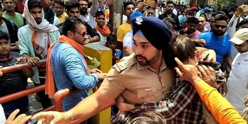 ہندو لڑکی کے ساتھ مندر میں پکڑے گئے مسلم نوجوان کی جان بچانے کیلئے سکھ پولیس افسر مشتعل ہندوؤں کے سامنے ڈٹ گیا