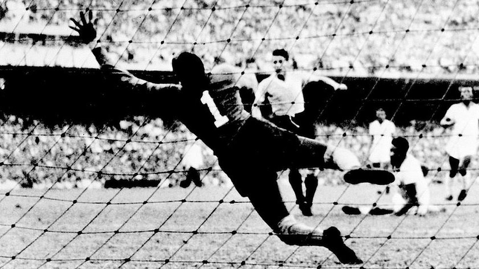 فٹبال ورلڈ کپ کی حیران کن کہانیاں: دھت ریفری اور 'مردے کا گول'