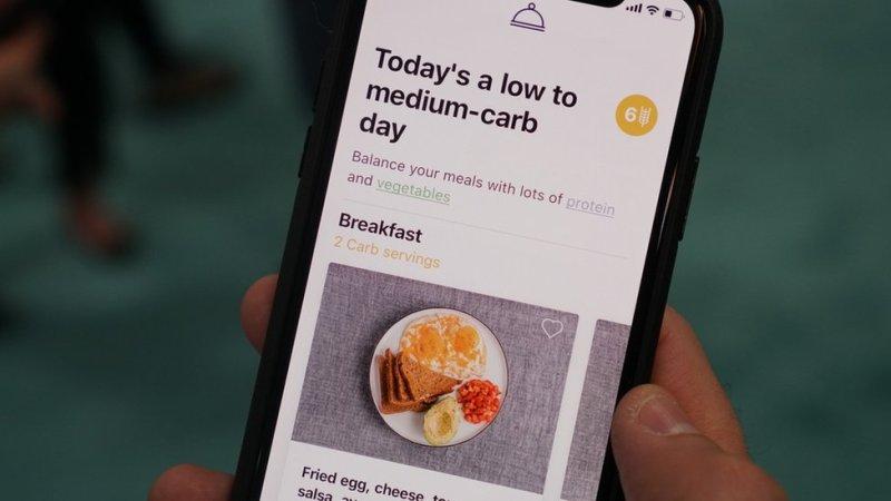 لومنن ایپ صارف کو غذا کے حوالے سے مشورہ دیتے ہوِۓ