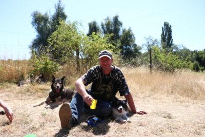 Eckard Wulfmeyer mit seinen Hunden Brenda und Elin