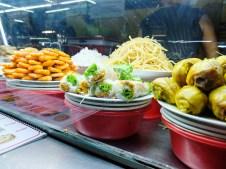 Закритият пазар в Хой Ан е пълен с щандове с храни
